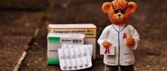 Kleiner Bär mit Spritze und Medikamenten
